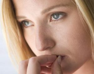 mujer preocupada y con ansiedad